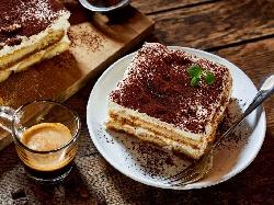 Тирамису без яйца с бишкоти, маскарпоне, заквасена сметана, какао и пудра захар - снимка на рецептата